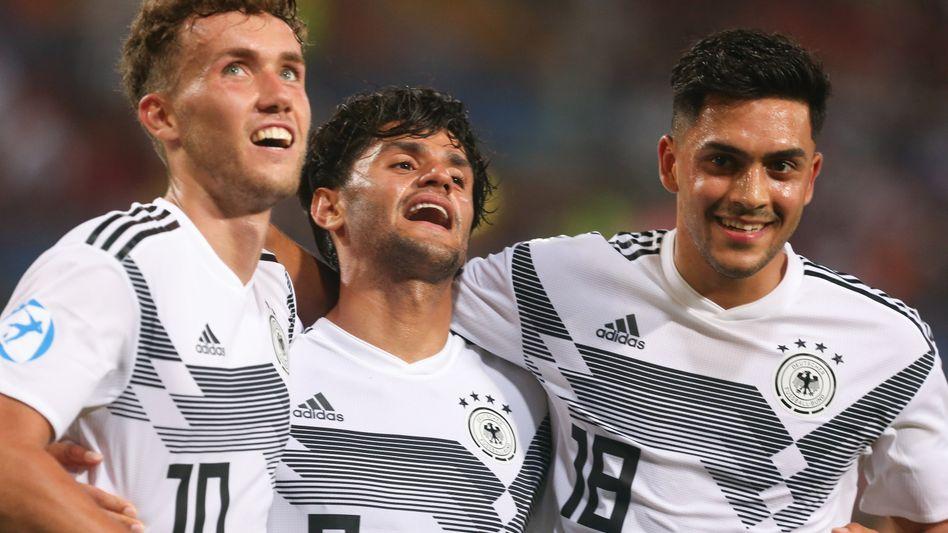 Luca Waldschmidt, Mahmoud Dahoud und Nadiem Amiri feiern