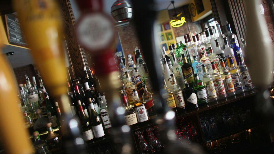 Spirituosen in einer Bar (Archivbild): Mehr als sechs Liter reinen Alkohol trinkt jeder ab einem Alter von 15 im Schnitt pro Jahr