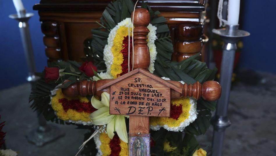 Kreuz am Sarg des ermordeten Journalisten Jorge Ruiz: Tödlicher Mix von Gewalt und Korruption