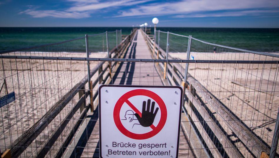 Bis hierhin und nicht weiter: Sperrschild an der Seebrücke in Rerik