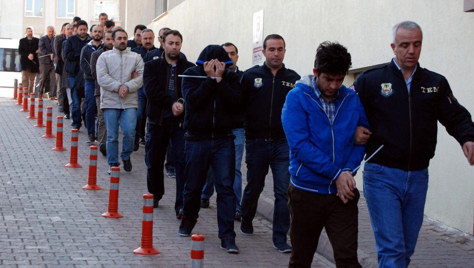 Türkische Polizisten führen angebliche Mitglieder der Gülen-Bewegung im April 2017 ab