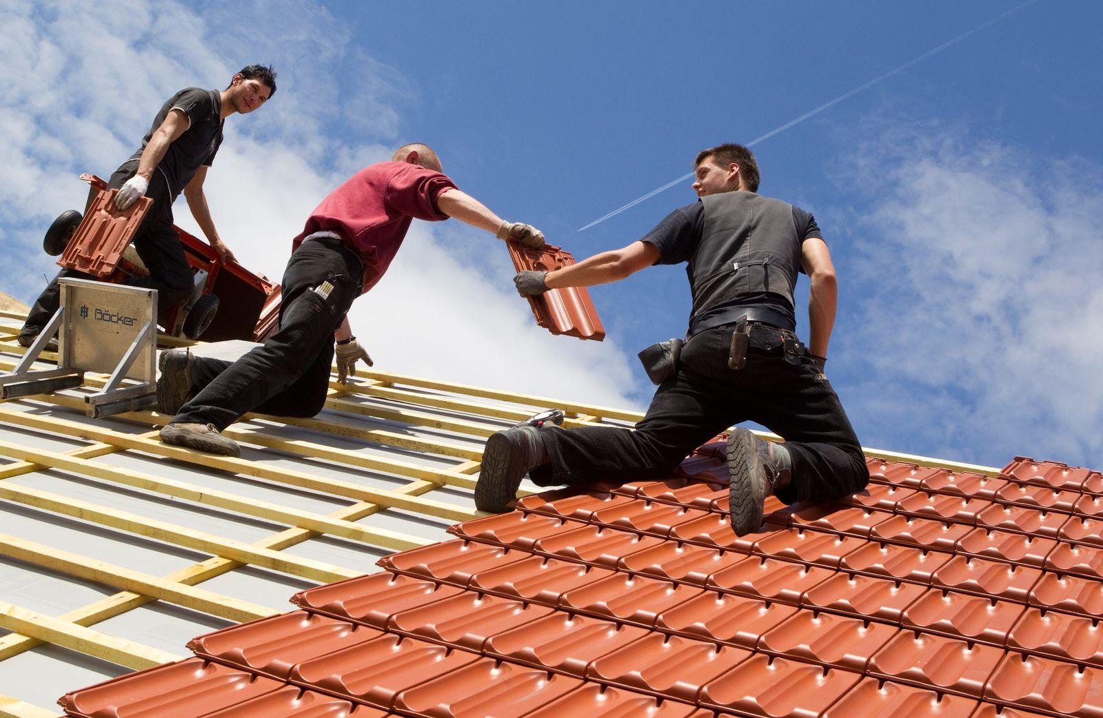 Azubi / Dachdecker bei der Arbeit / Hausbau