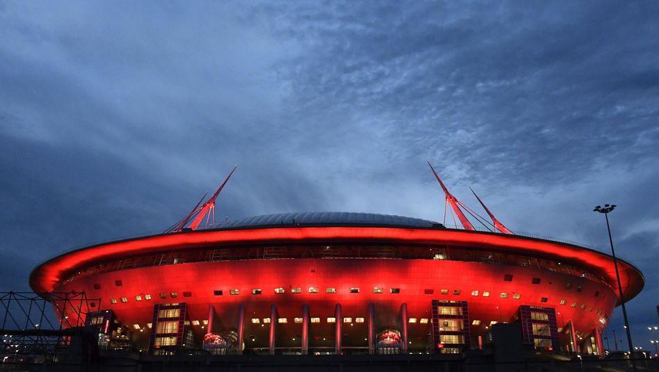 Weißer Nachthimmel über dem Stadion in Sankt Petersburg