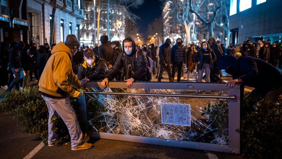 Demonstranten bauen Barrikaden in Barcelona: Seit vergangener Woche hat es mehr als 100 Festnahmen gegeben
