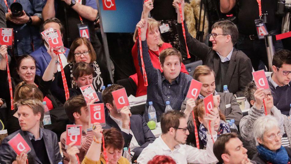 Juso-Chef Kevin Kühnert (Mitte) mit anderen Delegierten beim SPD-Parteitag