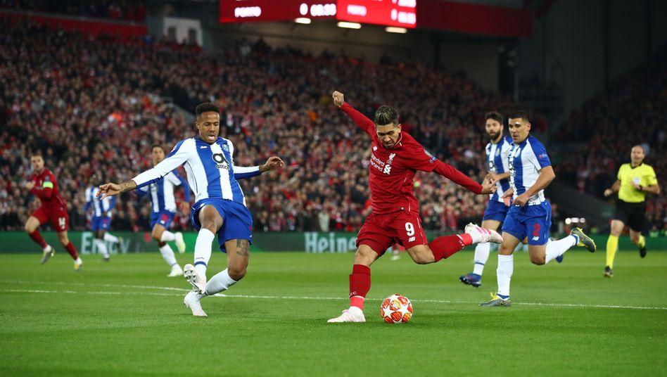 Liverpools Roberto Firmino (r.) im Spiel gegen Porto