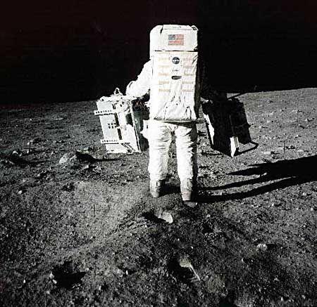 Aldrin bei wissenschaftlichen Experimenten nahe des Mondvehikels Eagle