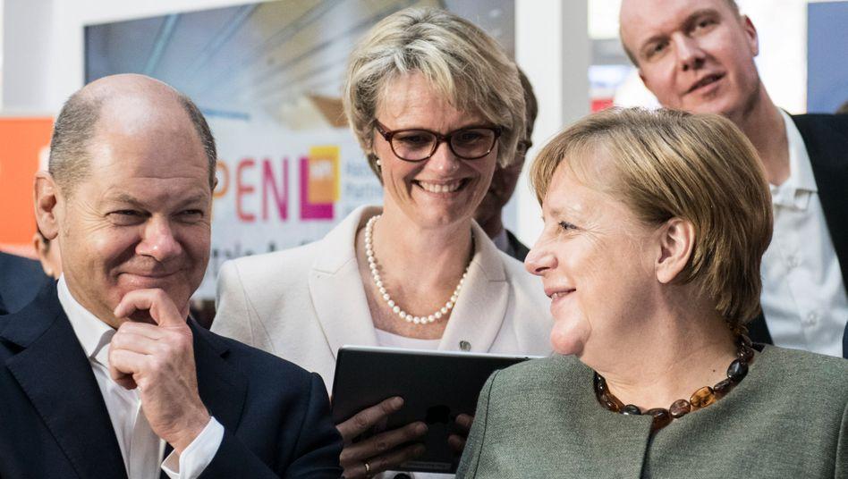 Bildungsministerin Karliczek (Mitte), Finanzminister Scholz mit Kanzlerin Merkel