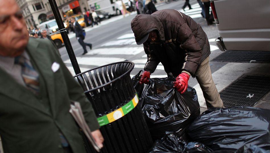 Obdachloser durchsucht Müll: Armut in den USA auf höchstem Stand seit 1993