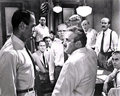 """Szene aus """"Die zwölf Geschworenen"""" (USA 1957) mit Henry Fonda (l.)"""