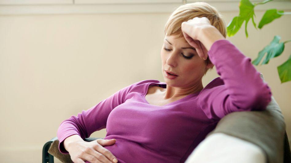 Bauchschmerzen und Sodbrennen: Fettes Essen vermeiden