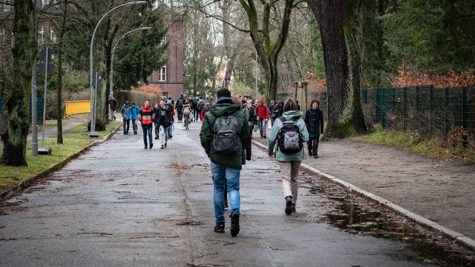 Schüler in Berlin. Für seinen Weg zur Schule und zurück in Bayern brauchte der Kläger täglich vier Stunden mit Bus und Bahn, mit dem Auto wären es nur zwei gewesen.