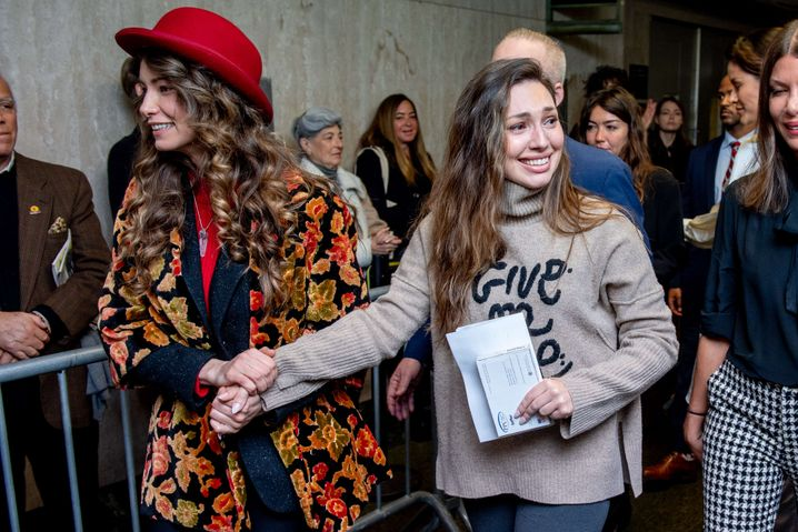 """""""Give Me Love"""": Lauren Young (l.) und Jessica Mann nach der Strafmaßverkündung"""