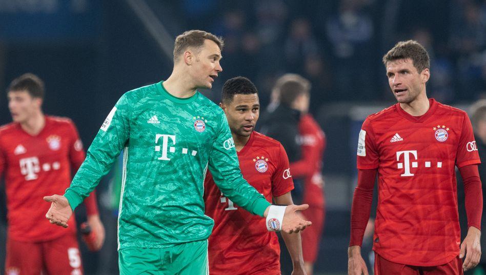 Manuel Neuer (l.) und Teamkollege Thomas Müller nach dem Pokalspiel auf Schalke