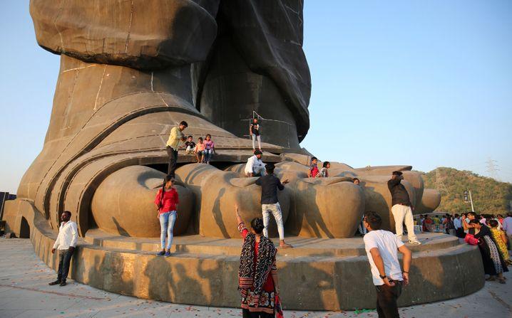 Besucher am Fuß der Statue