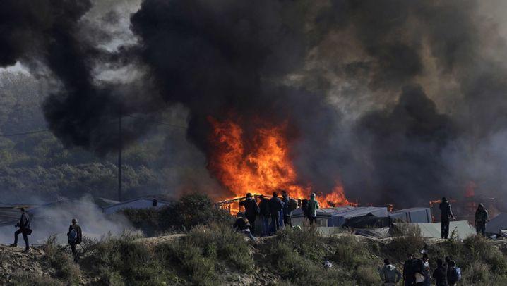 Flüchtlingslager Calais: Flammen und Verwüstung