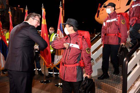 Serbiens Präsident Alexander Vučić begrüßt im März chinesische Ärzte auf dem Flughafen in Belgrad