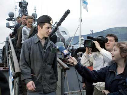 U-Boot-Crew nach der Rettung: Kommandant Wyacheslaw Milaschewsky ist wieder über Wasser