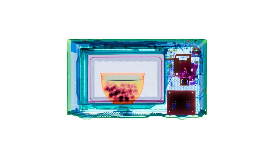 Heiß gemacht: Mikrowellen bringen Wassermoleküle zum Schwingen