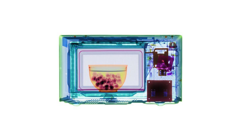 Eingefärbtes Röntgenbild (künstlerische Darstellung): Wie gefährlich ist die Mikrowelle?