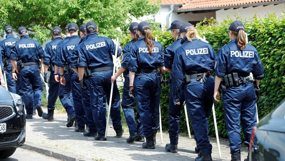 Polizisten im hessischen Wolfhagen-Istha: Ermittlungen im Mordfall Lübcke