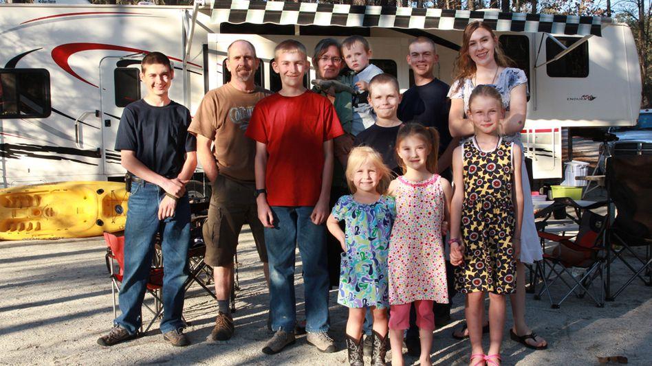 Familie Ticknor vor ihrem Wohnwagen: Aussteigen im Namen Gottes