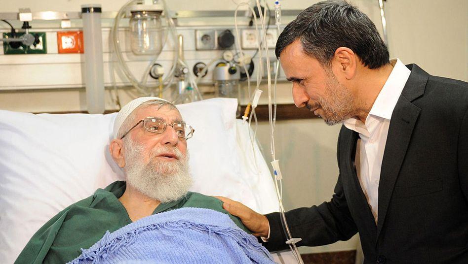 Der Ex-Präsident 2014 am Krankenbett von Ajatollah Ali Khamenei: Ahmadinedschad hegt noch immer politische Ambitionen
