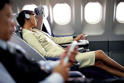 Sitz in Business Class: Bein- und Ellenbogenfreiheit kann der Reisende sich auch in der Economy Class erschummeln