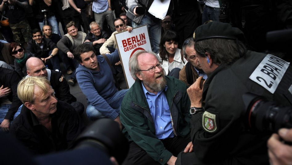 SPD-Politiker Thierse bei Sitzblockade: Scharfe Kritik von Polizeigewerkschaft