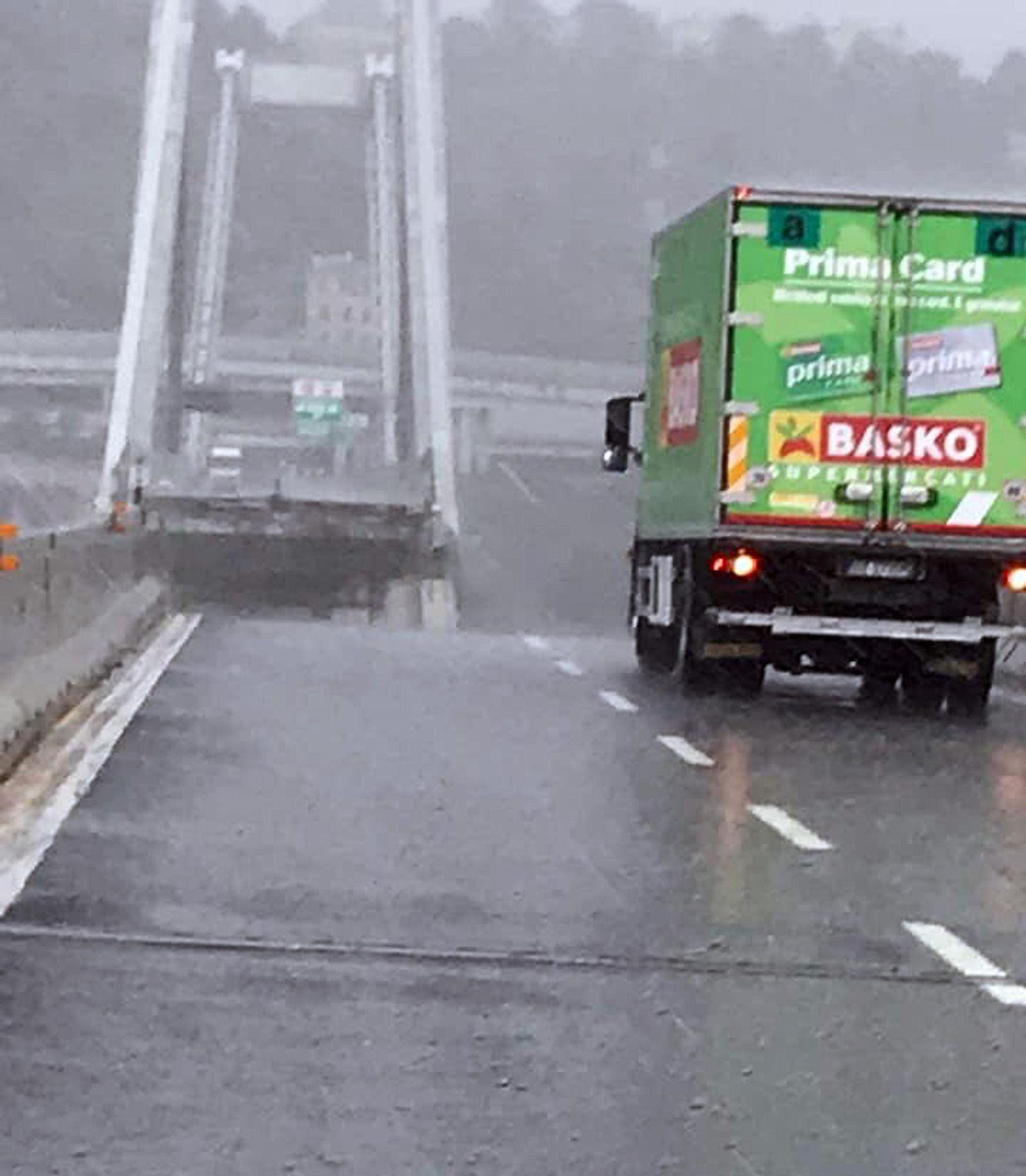 EINMALIGE VERWENDUNG Autobahnbrücke in Genua eingestürzt
