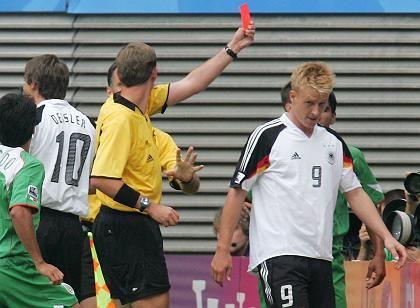 """Stürmer Hanke (r., nach seinem Platzverweis): """"Trotzdem zur WM"""""""