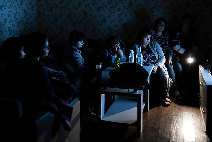 Banges Warten: Menschen in Stepanakert, Aserbaidschan, in einem Luftschutzbunker