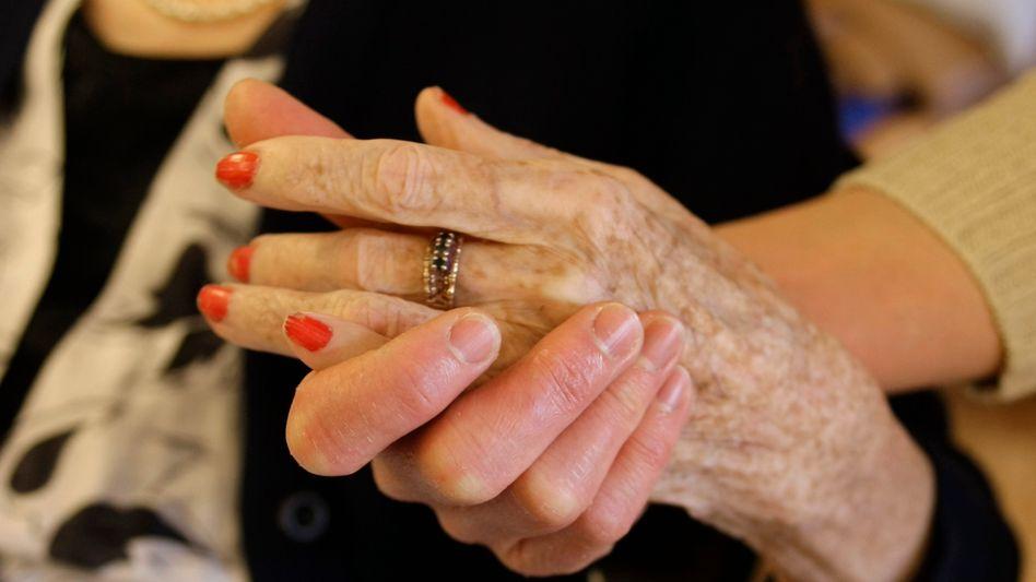 Pflege einer Demenzkranken: Bereitschaft immer in der Nähe der Patienten