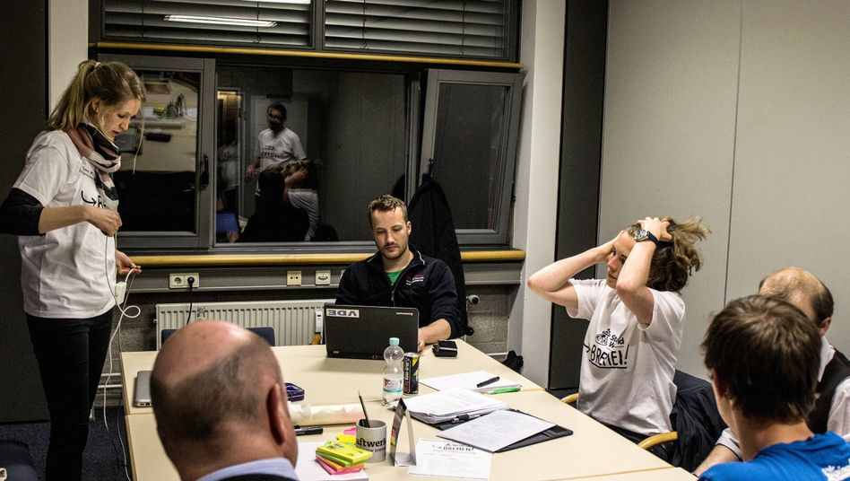 Besprechung im Team von Maren Ulbrich (3. v. r.)