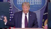 Trump trägt seine Maske - in der Tasche