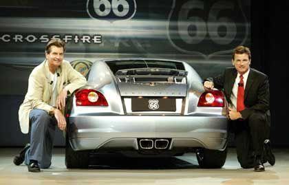 Chrysler-Manager Jim Schroer (li.) und Wolfgang Bernhard präsentieren das Coupé Crossfire in Los Angeles