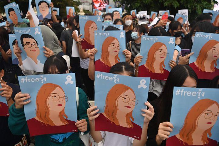 Solidaritätsplakate für die im Oktober inhaftierte Studentenführerin Panusaya