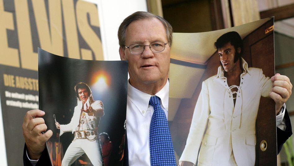 """Ed Bonja mit Elvis-Bildern zur Eröffnung der Sammlung """"Elvis - Die Ausstellung"""" (2007)"""