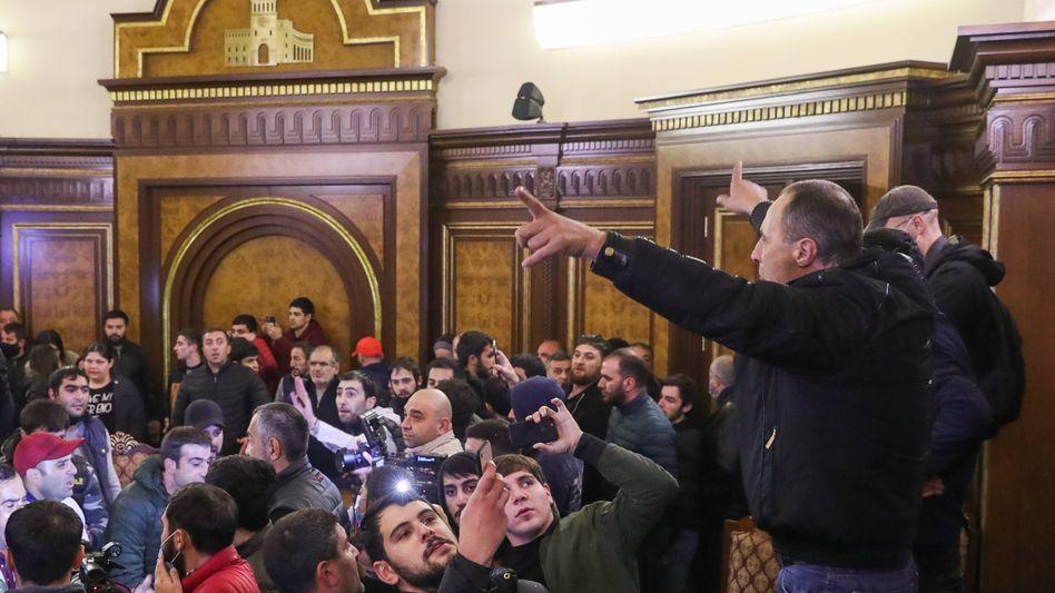 Demonstranten im Regierungsgebäude in Eriwan