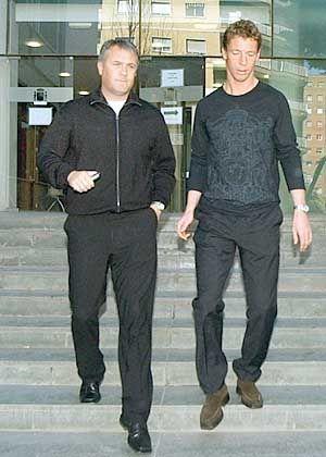 """Steffen Freund zusammen mit Leicesters Club-Manager Michael Adams vor der Polizei-Station in Cartagena: """"Sex ja, Vergewaltigung nein"""""""