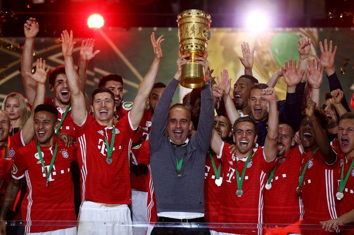 Mannschaft und Trainer mit dem Pokal