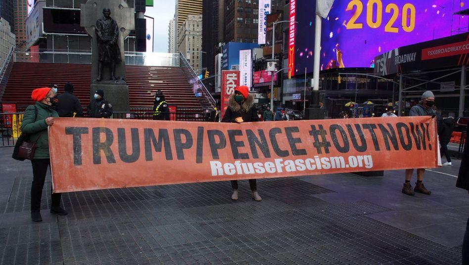 Demonstranten am Samstag in New York: 56 Prozent der Amerikaner sind für die Amtsenthebung