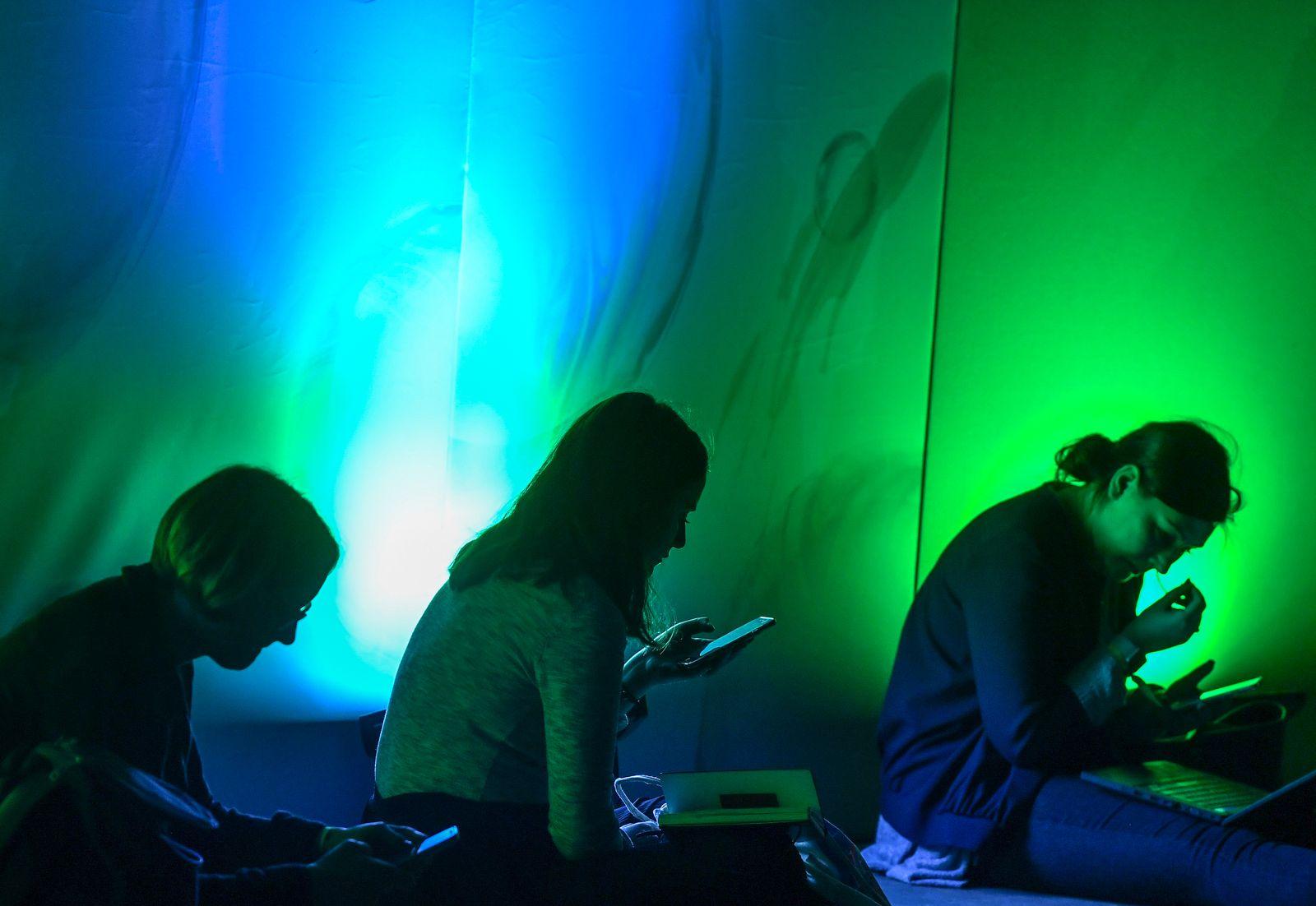 Symbolbild Datenschutzgrundverordnung/ Internet User/ Laptops/ Smartphones/ Internetkonferenz