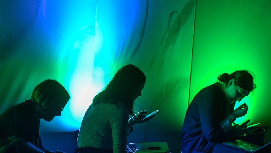Smartphone- und Laptop-Nutzer