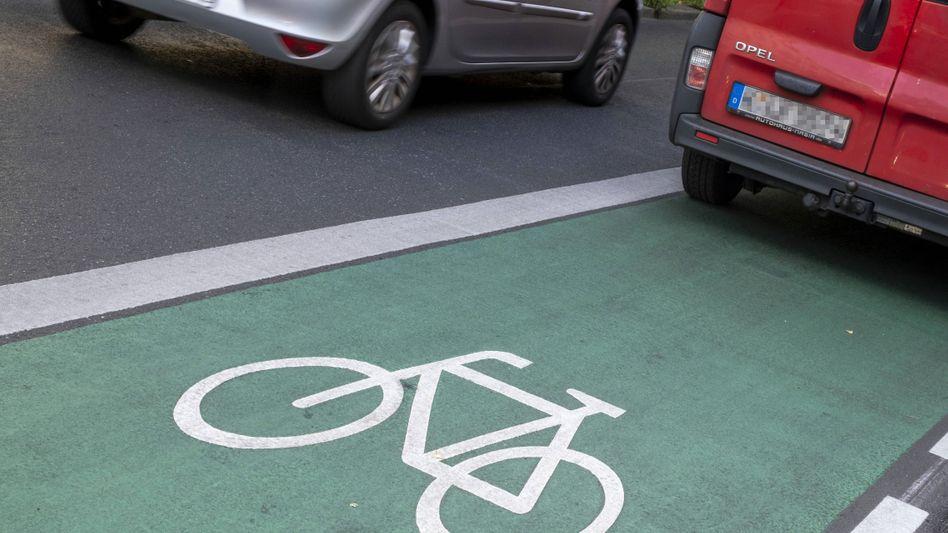 In Berlin sind Radwege neuerdings grün - falsch geparkt wird trotzdem