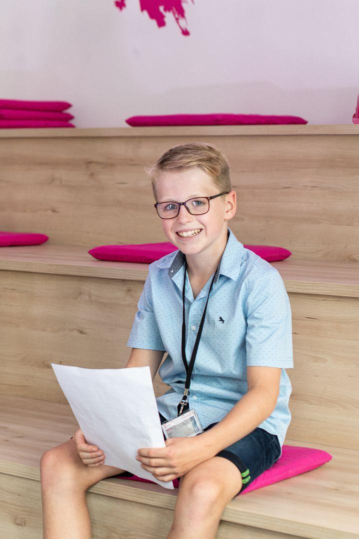 Eduard, 13, geht in die 7. Klasse des Gymnasiums Remigianum in Borken. Er spielt Fußball und Tuba. Seine Handy-Nutzung ist beschränkt. In Corona-Zeiten war er öfter als sonst online.
