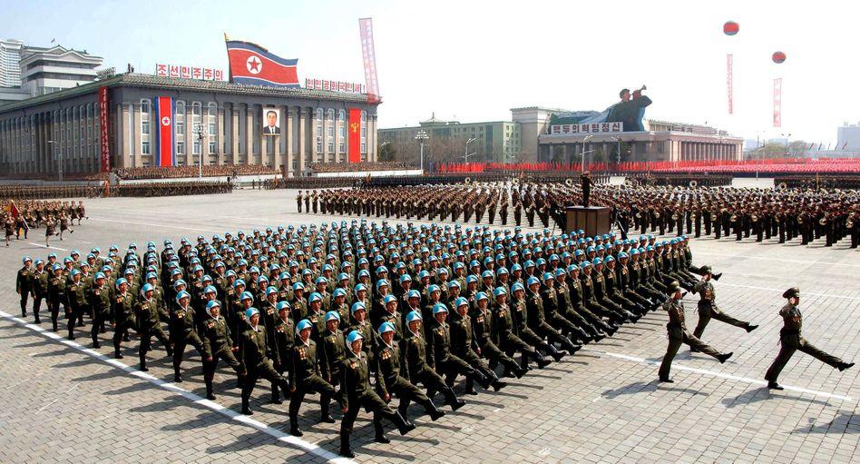 Militärparade in Nordkorea (April 2012): Gemeinsame Bewegung lässt Feinde weniger bedrohlich erscheinen
