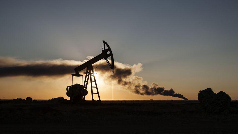 Ruine einer Öl-Raffinerie in Syrien
