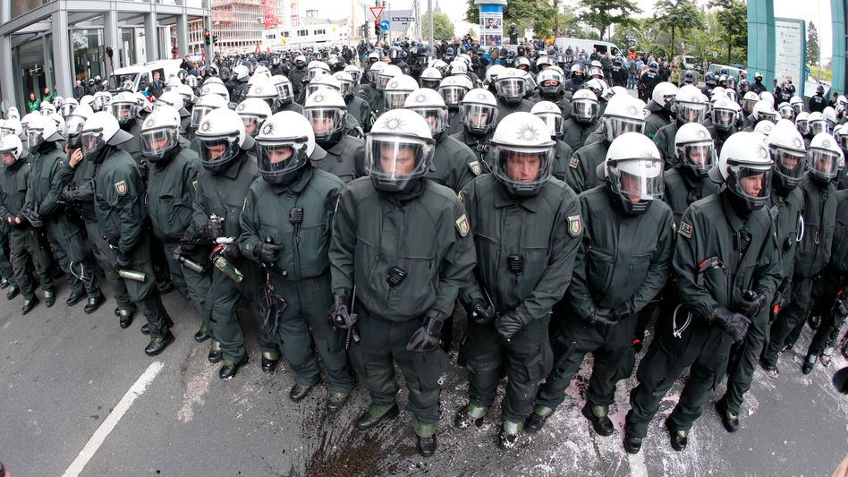 Blockupy-Protest in Frankfurt: Polizei kesselt Aktivisten ein
