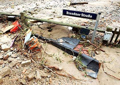 In der Dresdner Straße von Glashütte im Erzbegirge liegen am Mittwoch fast zwei Meter Schutt und Schlamm: Alle Zufahrtsstraßen wurden durchs Hochwasser zerstört